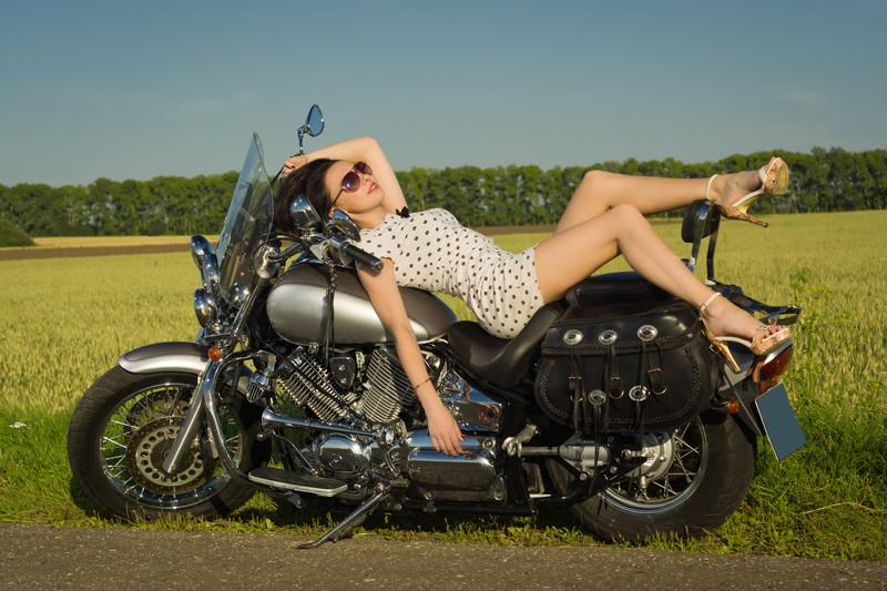 バイクによりかかる女性