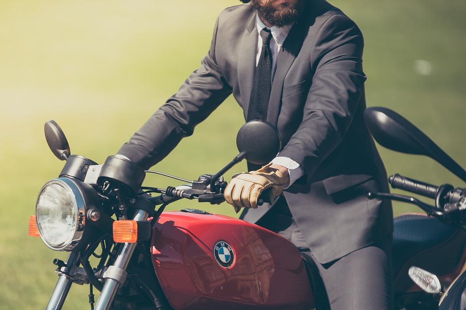 スーツでバイク